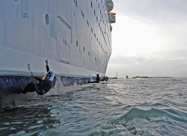 Protesters In Venice Chained Themselves To A Giant Cruise Ship - Thomson dream cruise ship latest news